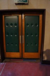 重厚なドアが現在から過去へ今開かれるonariza